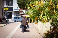 普通的天和当地人在街道上 库存照片