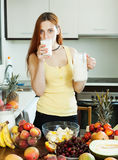 普通的妇女饮用奶鸡尾酒用果子 库存照片