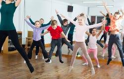 普通的学习contemp舞蹈的男孩和女孩 图库摄影