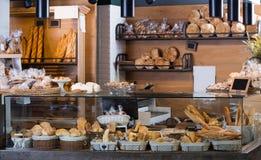 普通的面包店显示用面包和小圆面包 免版税图库摄影