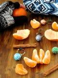 普通话、一点圣诞节球和一件被编织的毛线衣 免版税图库摄影