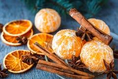 普通话、干桔子、茴香和肉桂条在木 免版税库存照片
