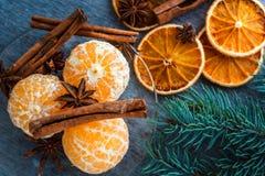 普通话、干桔子、茴香和肉桂条在木 库存图片