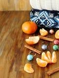 普通话,圣诞节球和被编织的毛线衣在一张木桌上 免版税库存图片