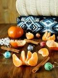 普通话,圣诞节球和被编织的毛线衣在一张木桌上 库存照片
