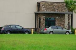 普通驱动通过与汽车的提取窗口 免版税库存照片