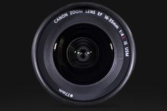 普遍的佳能透镜有黑暗的背景 免版税库存照片