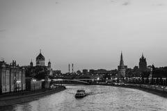 普遍的地标克里姆林宫鸟瞰图在莫斯科,俄罗斯在晚上 免版税库存图片