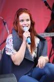 普遍的歌手安娜Malysheva的表现和流行音乐乐队铸造 免版税库存照片