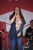 普遍的歌手安娜Malysheva的表现和流行音乐乐队铸造 库存照片