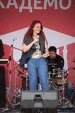 普遍的歌手安娜Malysheva的表现和流行音乐乐队铸造 免版税库存图片