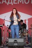 普遍的歌手安娜Malysheva的表现和流行音乐乐队铸造 库存图片