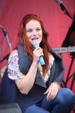 普遍的歌手安娜Malysheva的表现和流行音乐乐队铸造 免版税图库摄影