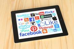 普遍的社会媒介商标的汇集在iPad屏幕上的 图库摄影