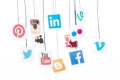 普遍的社会媒介网站商标在纸和垂悬打印了 免版税库存图片