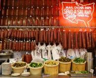普遍的蒜味咸腊肠和腌汁在历史卡茨的熟食 免版税库存照片