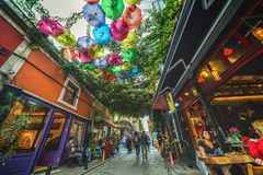 普遍的街道用在Balat的咖啡馆用五颜六色的伞装饰了 免版税图库摄影