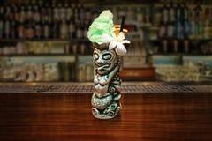 普遍的酒精饮料-在酒吧柜台特写镜头的蛇神鸡尾酒 免版税库存图片