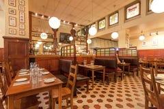 普遍的餐馆Kvarnen,与葡萄酒家具和饮用的访客的酒吧内部  免版税库存照片