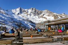 普遍的滑雪餐馆Morenia的看法有太阳大阳台的位于高度在Saas费附近的2550 m 库存图片