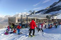 普遍的滑雪餐馆Morenia的看法有太阳大阳台的位于高度在Saas费附近的2550 m 库存照片