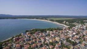 普里莫尔斯科镇和南海滩从上面 库存图片