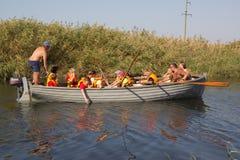 普里莫尔斯科- AHTARSK,俄罗斯- 9月15,2017 :与桨的学童划船在河的一条木小船在夏天 免版税库存图片