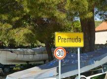 普雷穆达岛村庄有30 km的速度限制标志的 库存照片