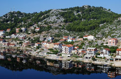普洛切 与杉木的美丽的亚得里亚海海湾在克罗地亚 库存照片