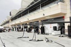 景气和轮胎改变的汇编在坑中止车库 免版税库存照片