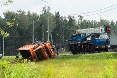 景气起重机为举一辆被弄翻的卡车到达了,莫斯科郊区,俄罗斯 图库摄影