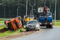 景气起重机为举一辆被弄翻的卡车到达了,莫斯科郊区,俄罗斯 库存图片