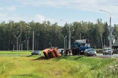 景气起重机为举一辆被弄翻的卡车到达了,莫斯科郊区,俄罗斯 免版税库存照片