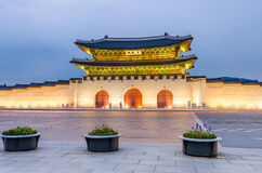 景福宫宫殿在晚上在汉城,韩国 库存照片