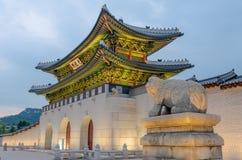 景福宫宫殿在晚上在汉城,韩国 库存图片