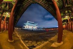 景福宫宫殿在晚上在汉城,韩国 免版税库存图片