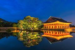 景福宫宫殿在晚上在韩国,有宫殿`景福宫`的名字的在标志的 免版税库存图片