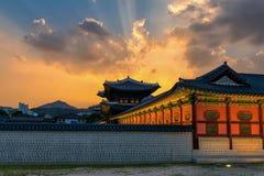 景福宫宫殿地平线日落在晚上在汉城,韩国 库存图片