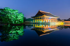 景福宫宫殿的反射在晚上在汉城,南Kore 库存照片