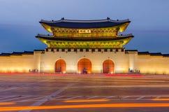 景福宫宫殿Gwanghwamun门在晚上在汉城, Sout 图库摄影