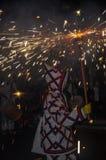 景象Correfocs (火奔跑)的参加者与照明设备烟花的 免版税库存图片
