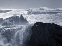 晴朗和风雨如磐的岩石海岸 免版税库存照片