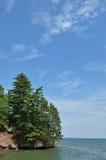晴朗日岩石风景海岸线的夏天 免版税图库摄影