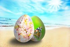 晴朗海滩五颜六色的复活节彩蛋 免版税库存照片
