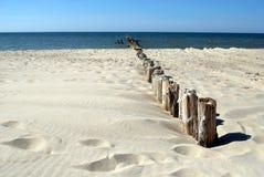 晴朗海滩的防堤 免版税库存图片