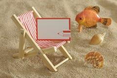 晴朗海滩的deckchair 免版税库存图片
