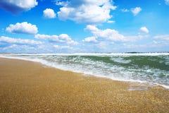 晴朗海滩金黄的沙子 免版税图库摄影
