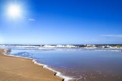 晴朗海滩金黄的沙子 免版税库存照片