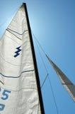晴朗由后面照的明亮的日的风帆 免版税库存图片
