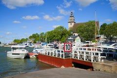 晴朗的夏日在城市港口,楠塔利,芬兰 免版税库存照片